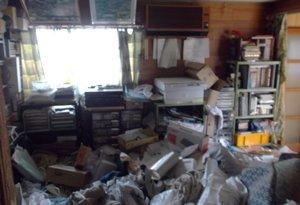 【平屋1軒、2LDK】床が見えないお部屋での作業の施工前