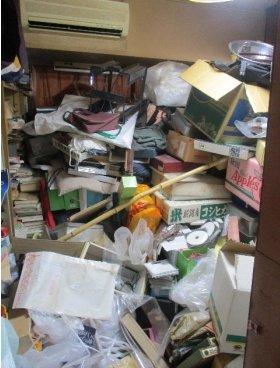 天井まで物が積み重なったお部屋の施工前