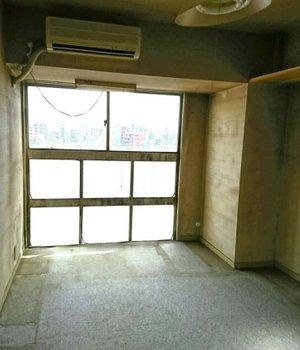 天井まで物が積み重なったお部屋の施工後