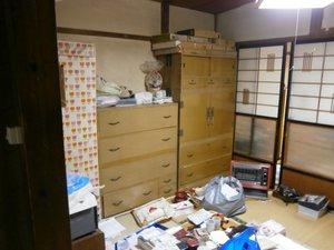 たくさんの服や布が保管してありましたの施工前
