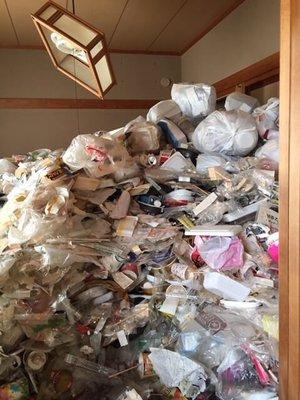 天井に届くほどのゴミ屋敷でもあっという間に対応します。(新潟市中央区)の施工前