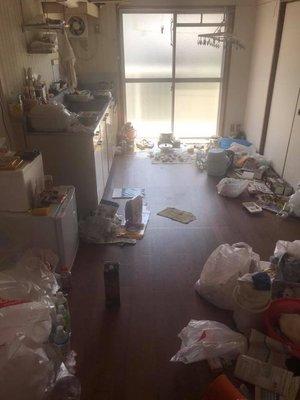 家財整理およびトイレ掃除と脱臭作業の施工前
