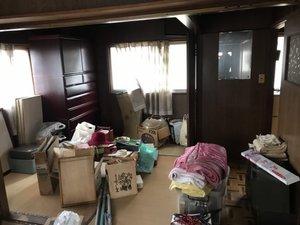 二階建てで家財の搬出つづきの施工前