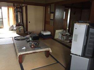 広いお宅には生活用品が多く残されていましたの施工前