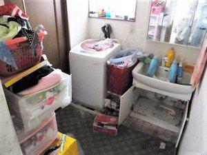 洗面所の作業の様子です。の施工前