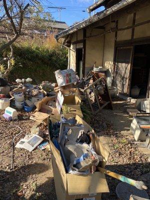 納屋のゴミ回収作業の施工前