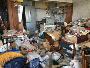 【3LDK】マンションのリビング ゴミを捨てられずたまっている状況の施工前