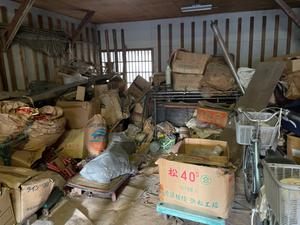 倉庫の中の不用品整理の施工前